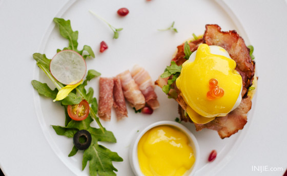 platinum grill breakfast-012 eggs benedict with bacon