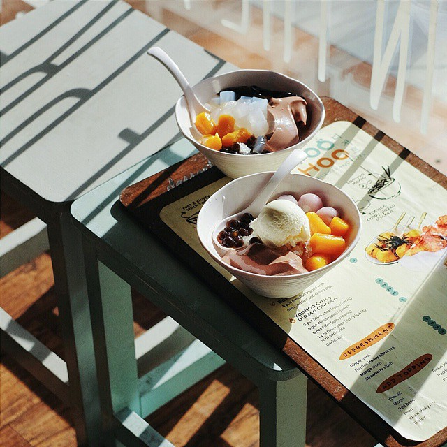 Spend this sunny afternoon with @nellaestantina & @juliusindarto at Yoohoo. This place brings my memory back to Seoul.. (I know, it's Taiwanese desserts). // Gwalk B11, CitraLand, #Surabaya.  #inijiegram #food #TableToTable #kuliner #culinary